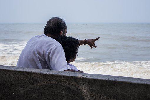 海を眺める父親