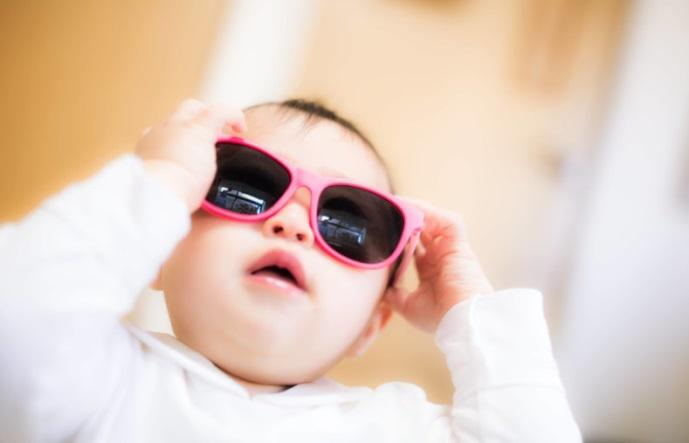 サングラスをかける赤ちゃん