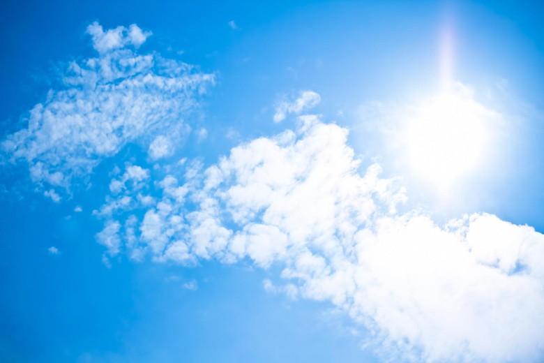 紫外線の強い青空だから日焼け止めは必須