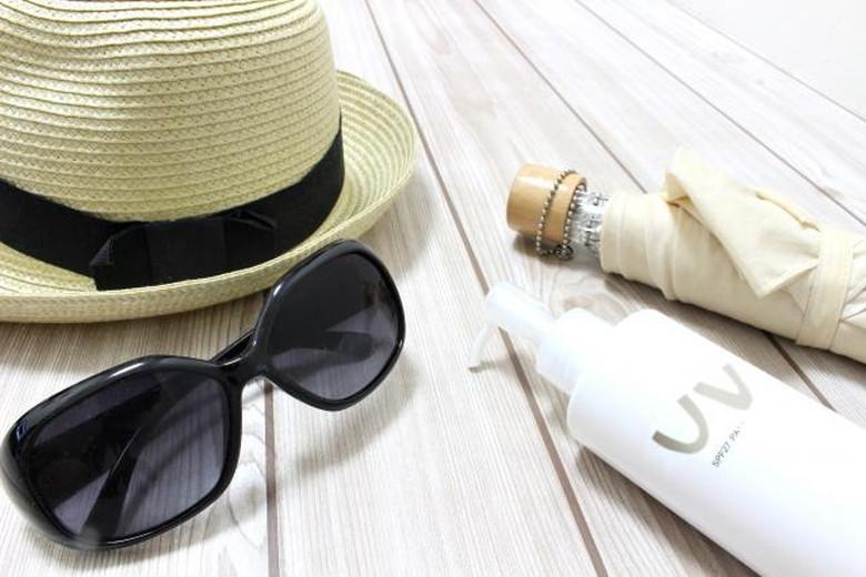 夏には欠かせない日焼け止めクリームとサングラス