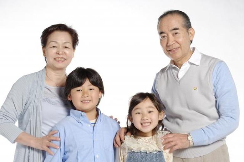 孫と父母の家族写真