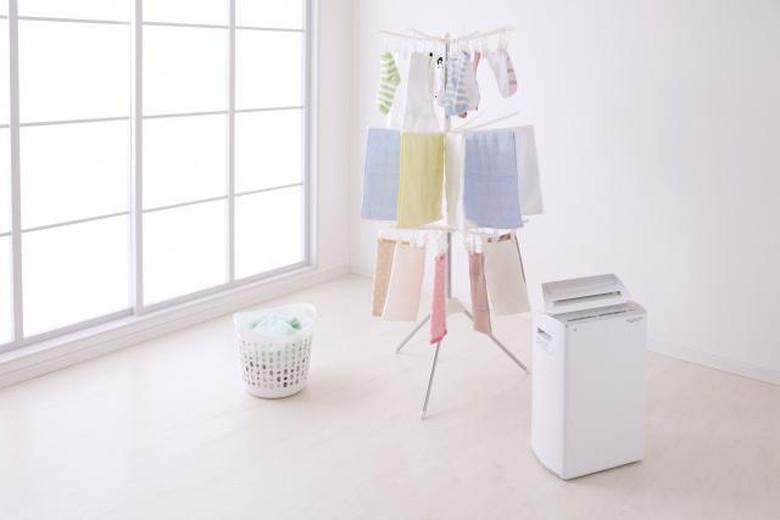 梅雨の洗濯物と除湿器