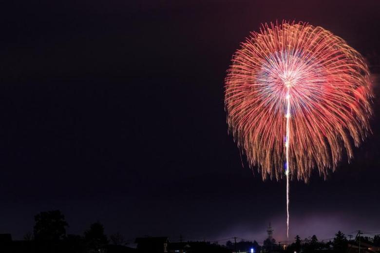 夏の夜空に煌めく花火
