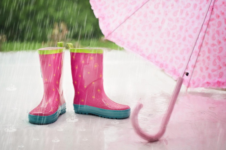 梅雨に雨傘や雨靴を用意しよう