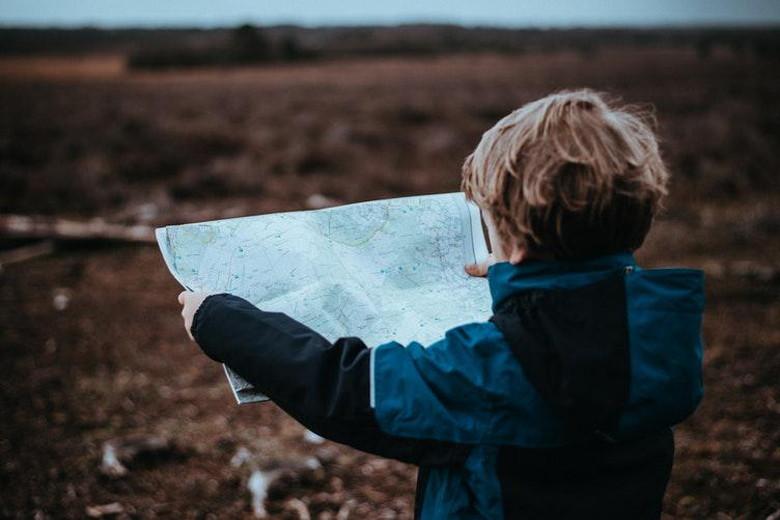地図を広げる子供
