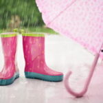 梅雨に使われる雨靴と傘